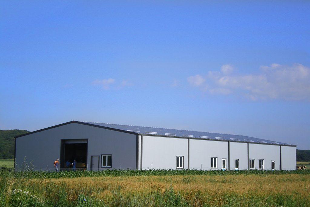 edifícios de armazenamento com porta de acesso grande