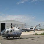 Hangar para helicópteros com uma porta larga
